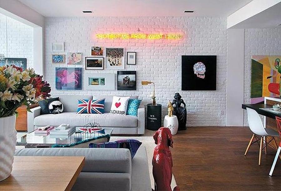 Living-moderno-con-texture-mattoncini-alle-pareti