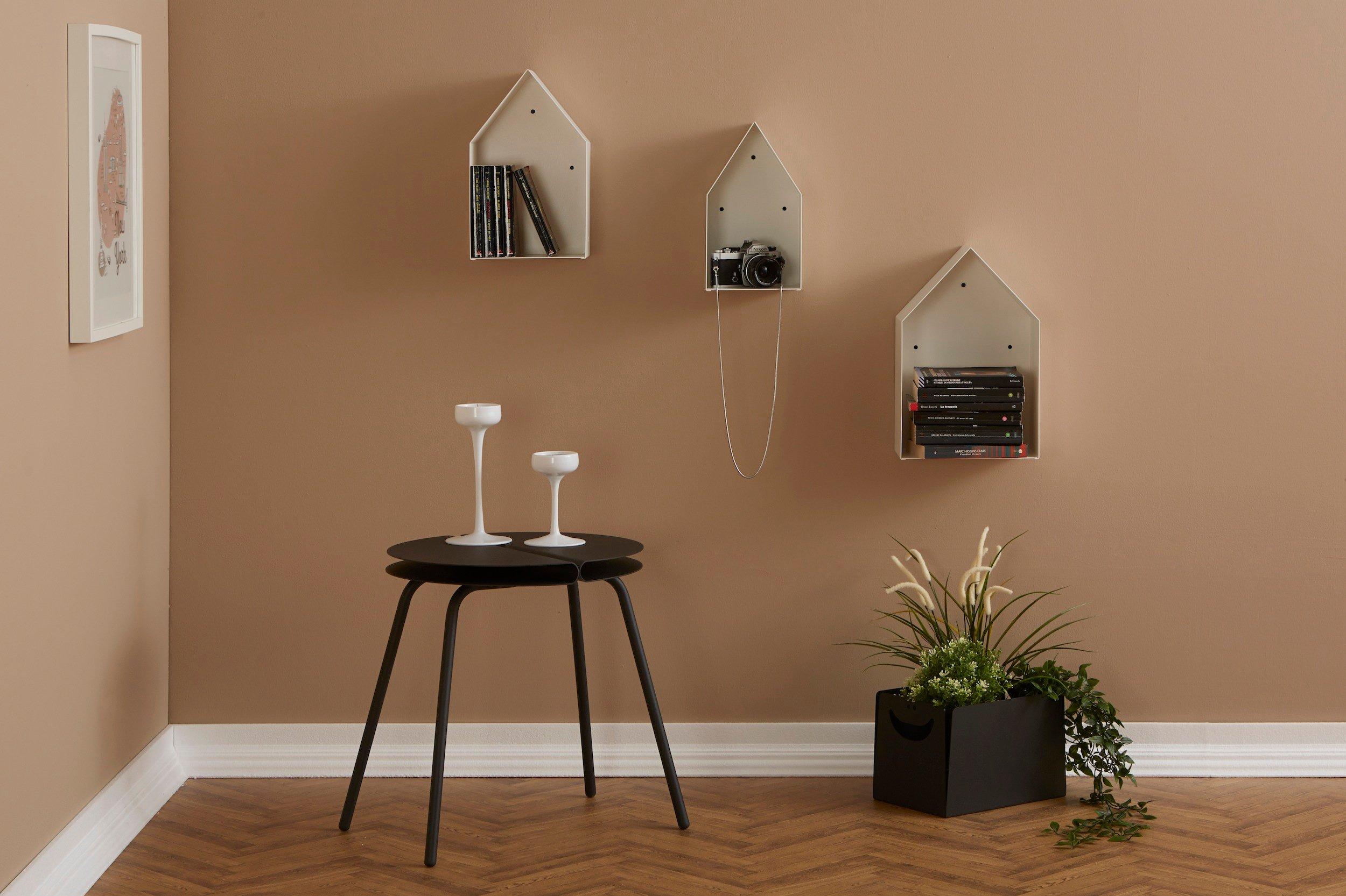 Parete beige salotto con tavolino e mensole casette alla parete