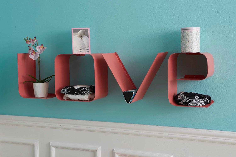 Parete decorata con mensola a Lettere Love colore rosa
