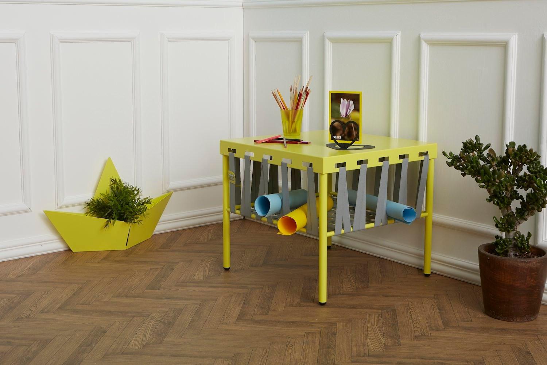 Tavolino soggiorno originale giallo con elastici grigi GLAM e portavaso a forma di barchetta