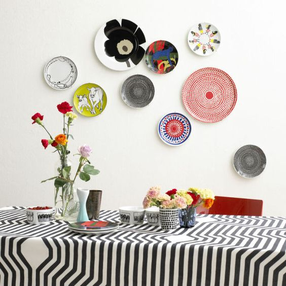 parete decorata con mosaici di piatti