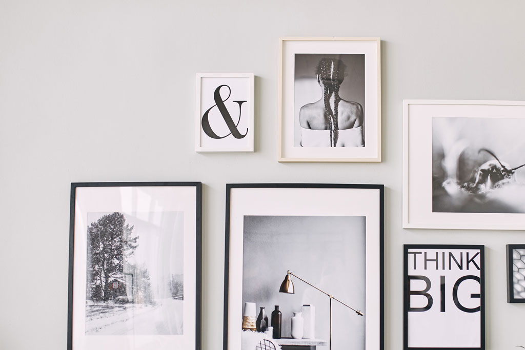 parete-arredata-con-composizione-di-foto