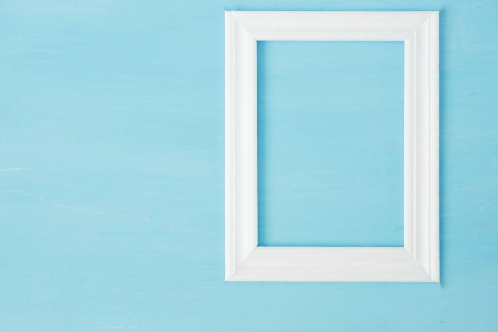 parete-azzurra-con-cornice-foto